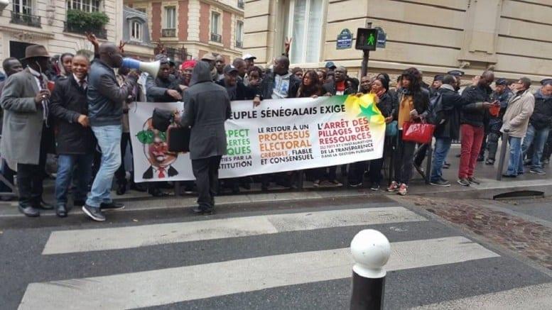 manifestation des sénégalais devant le siège total en france